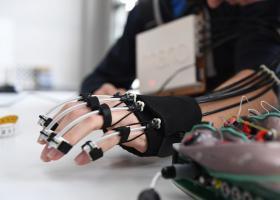 瑞士开发出意念控制外骨骼:瘫痪患者重获行动能力