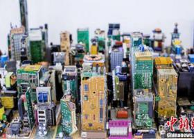 小伙用废旧电路板搭建起一座曼哈顿城