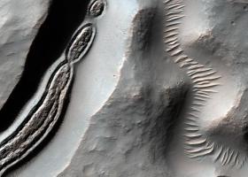 美航天局公布火星陨石坑照片,形似显微镜下的细菌