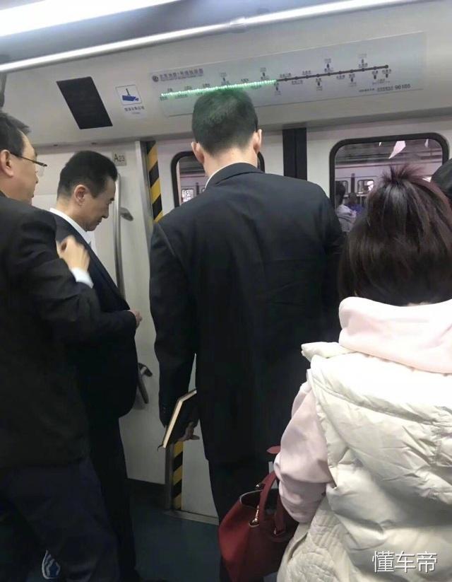 王思聪老爸上班挤地铁?首富:太堵了我要赶时间!